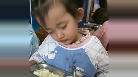 幼儿园小朋友吃饭时睡着了,老师看到后不忍将他叫醒