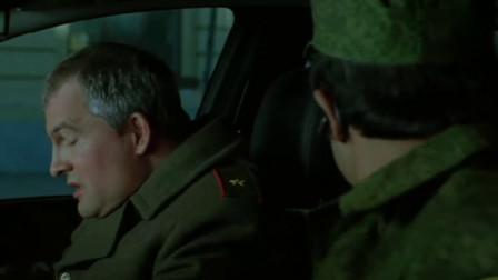 男子戴上冒充,在士兵眼皮下偷梁换柱,士兵感觉不对
