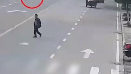 在危险边缘来回试探!两男孩在城区主干道奔跑玩闹,3分钟来回横穿马路13次