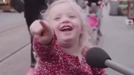 """美国街头,萌娃模仿特朗普真的太像了,""""你被炒了""""!"""