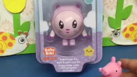 佩奇最喜欢瑞奇宝宝了,猪妈妈买了瑞奇公仔,佩奇很开心!