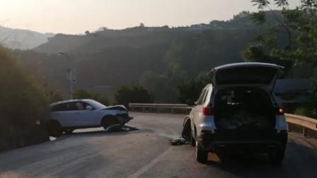 女子驾车携家人归来途中肇事 双方车辆车头碎成渣