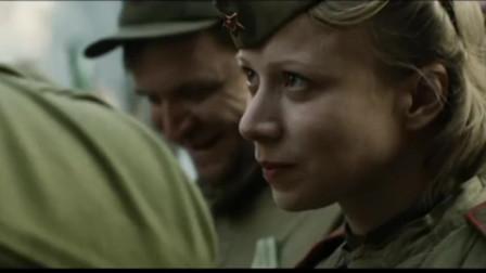 庆功酒上女士兵当着众多人面,主动亲吻少校,真是厉害了
