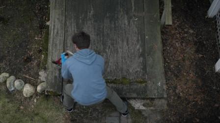 惊悚片:男孩发现女邻居经常锁地下室,结果进去之后他赶紧报警!