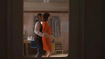 藤原纪香穿着红色的短裙跳舞,看起来是热情似火