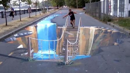 国外小伙在街头画一座断桥,路人经过纷纷吓一跳,效果相当逼真!