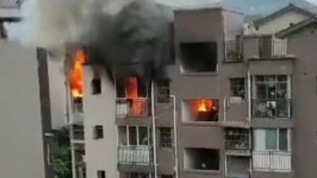 重庆一小区发生火灾 现场火势凶猛浓烟冲天