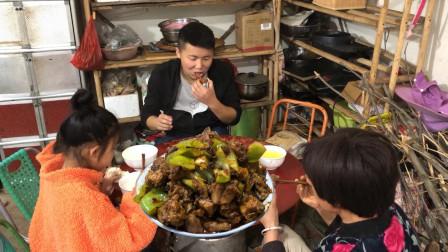 农村老公想吃辣子鸡,媳妇做懒人辣子鸡,越吃越辣真过瘾