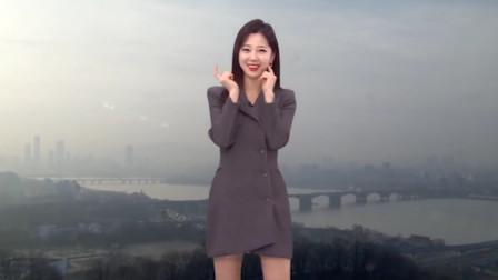 韩国天气预报放错音乐,美女主持人听完愣了一下,机智跳可爱舞蹈化解尴尬