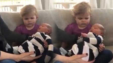 萌宝第一次见到二胎弟弟,情绪全写在脸上,网友直言:失宠了啊!