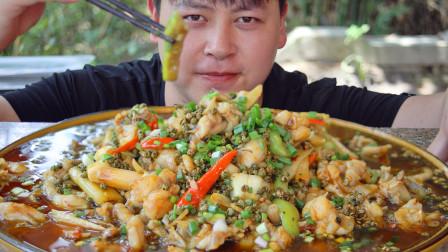 8斤牛蛙分2锅炸,配丝瓜农村小哥做1大盆馋嘴蛙,麻辣鲜嫩配米饭安逸