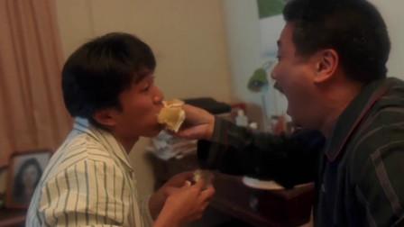 父子三人互摸蛋糕,玩得特别开心,也许男孩子的快乐就是这么简单