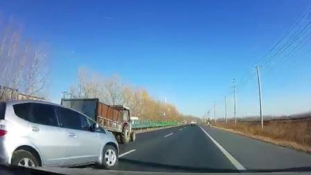 灰色小车以为自己很幸运,高速上120的车速,谁能反应过来躲过去