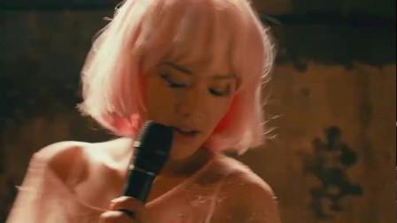 美女在酒吧唱歌,没想到给一个女人打断了,太扫兴了