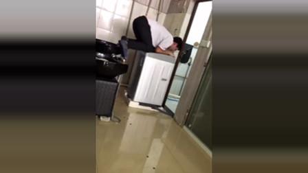 一成年男子骑上洗衣机,一直抖个没完