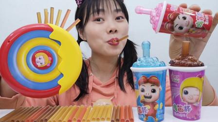 """美食开箱:小姐姐吃""""猪猪侠鸣笛杯果胶棒糖"""",酸甜软糯儿童喜爱"""