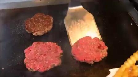 美国餐厅大厨做的双层牛肉芝士培根汉堡。感觉味道还可以。
