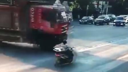 货车闯红灯撞上摩托车 驾驶员瞬间被撞飞场面惊险