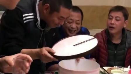 前女友送小伙一个生日蛋糕,当打开之后,全场人的表情瞬间变了!