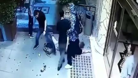 三男两女宾馆门口抽烟,谁知不对劲了,视频拍下的下一秒难以置信!