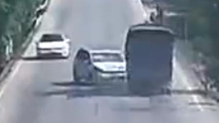 小车借道超车遇三轮车转弯 遭货车迎面撞上驾驶员受伤