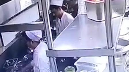 往锅里丢烟头、吐口水……涉事#厨师 已被,#餐厅 已停业,将被罚十万吊销许可证