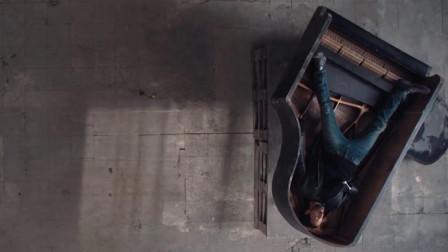 惊心动魄,被可怕丧尸狗追击,男主逃到钢琴里躲了起来!