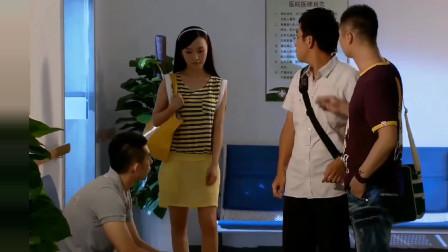 小伙遇到了困难,女子给他送钱来,借机跟他谈条件