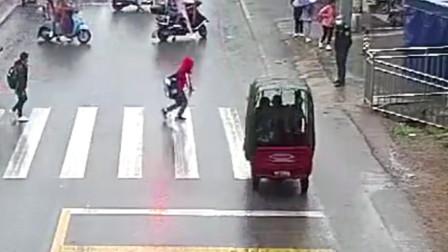 三轮车无视交通信号灯 撞上穿马路突然起跑的孩童
