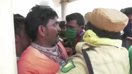 印度致命毒气泄漏后,抗议者闯入一家化工厂,要求它立刻关闭