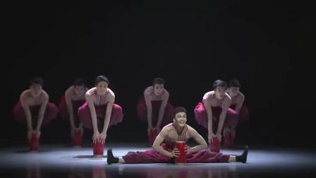西北汉子大红绸,腰鼓拿在手里打,这才是男子跳出来的舞蹈味!