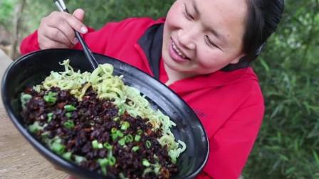 胖妹烹饪手擀面配上香辣牛肉酱,吃得美滋滋让人流口水啊