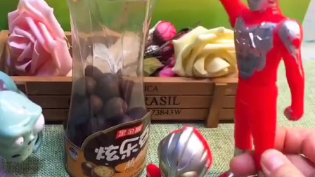 奥特曼发现好多巧克力豆,小鬼叫来爸爸,奥特曼爸爸说可以分享吃