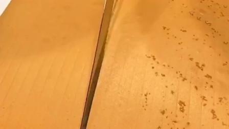 这个是网红抖臀蛋糕,泉州小师傅们刀功不错,拿个钢尺一看专业的