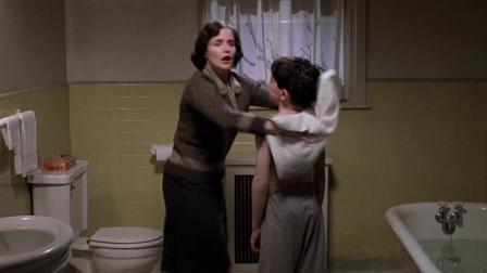 母亲正在给孩子洗澡,没想到家里进了,长相被小男孩看见了