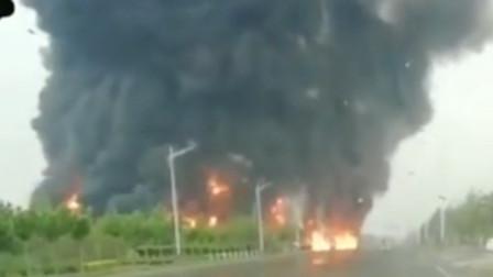 山东滨州一加油站附近燃起大火 消防称系车祸引起