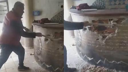意大利披萨店老板抡锤砸毁自己店铺:不可能再开业了