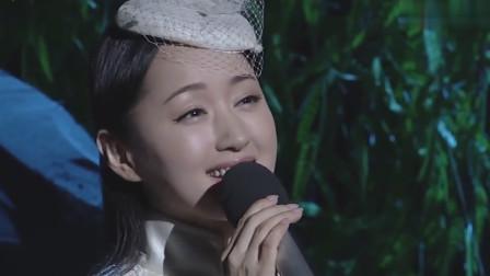 杨钰莹一袭古典白色礼服裙,笑容恬淡,50岁仍如少女