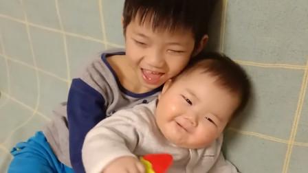 六个月弟弟粘着哥哥,可下一秒哥哥的举动,把爸妈彻底萌化了