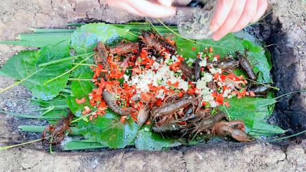 小河边发现一群龙虾,野食一哥抓了一大袋,不料全埋坑里了!