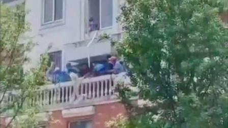 外卖小哥果然是万能的!#杭州 一小区着火,8位#外卖小哥+1位女骑手冲了上去救火