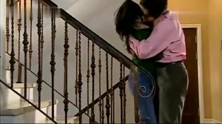 美女刚走到楼梯上,没想到就被老总一把搂住,一阵热吻!