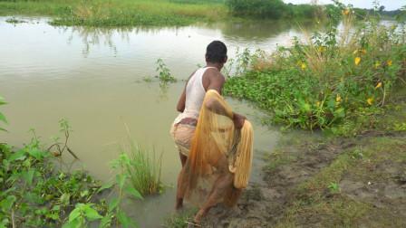 河边鱼儿成群无人捕,农村大叔一网下去,看看能捕获多少?