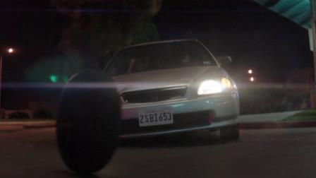 小镇居民被丧尸感染,小伙开车带同伴跑路,不料刚一发动轮子掉了