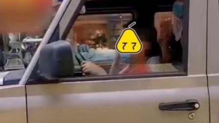 危险!9岁男孩开车上路母亲坐副驾:他有开玩具车的经验