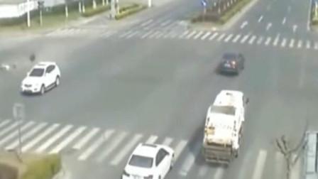 女子骑电动车强闯红灯,一声巨响之后,说什么也都来不及了