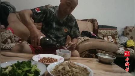 农民水浒传之宋江,呼保义用碗喝洋酒,用银筷子,讲究