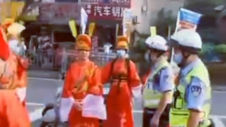 发生了啥?铜梁城区出现身着奇装异服插着旗子的电动车群