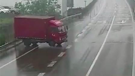 货车因雨天路滑加上司机操作不当 失控撞上护栏旋转270度才停下