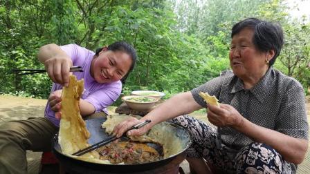 胖妹赶大集归来,肚子饿得咕咕叫,做农家地锅茄子,奶奶吃过瘾了